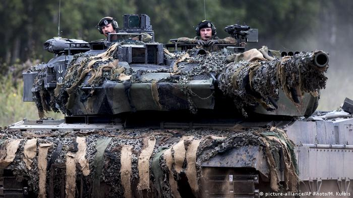 NATO soldiers in a tank in Lithuania (picture-alliance/AP Photo/M. Kulbis)