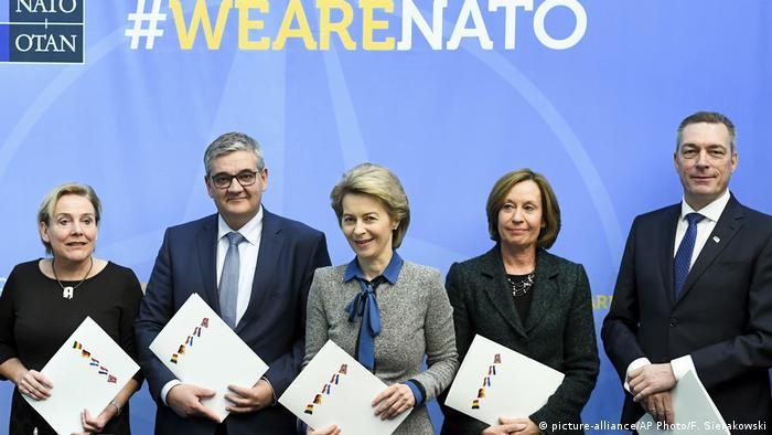 Verteidigungsministerin Ursula von der Leyen (M.) im Kreise von europäischen Amtskollegen