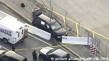 14.02.2018, USA, Fort Meade: Das Standbild von einem Video des Kanals WUSA TV-9 zeigt einen schwarzen SUV, der eng an weißen Betonbarrieren mit NSA-Aufschrift steht. An einem Eingangstor der Zentrale des US-Geheimdienstes NSA in Fort Meade hat es einen Zwischenfall gegeben, bei dem Schüsse gefallen sind. Es gab zunächst keine Informationen über Hintergründe oder zu Verletzten. Foto: Uncredited/WUSA TV-9/dpa +++(c) dpa - Bildfunk+++ |