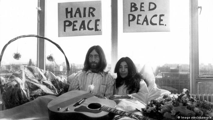 John Lennon and Yoko Ono at the Bed-In for peace in Amsterdam (Imago stock&people)