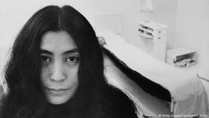 Yoko Ono bei ihrer Ausstellung in der Lisson Gallery in London 1968 (Getty Images/Keystone/R. Jones)