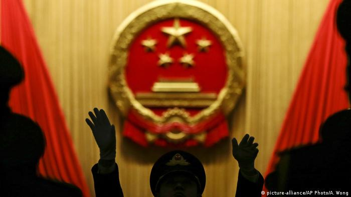 China Musikdirigent beim Nationalen Volkskongress in Pekin (picture-alliance/AP Photo/A. Wong)