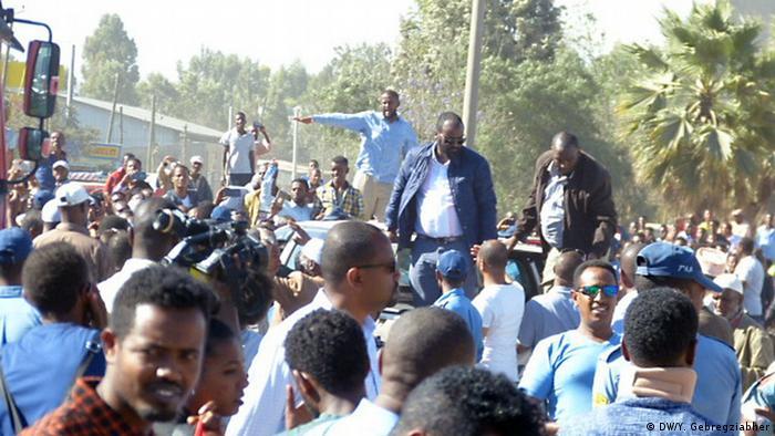Cidadãos aguardam libertação de presos políticos em frente ao presídio Kaliti, em Addis Ababa
