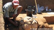Urne - Ausgrabung ©C. Jaimes Betancourt Grab, Urne, Ausgrabung. archäologisches Projekt Llanos de Mojos, Amazonía, Bolivien. 2008. Deutsches Archäologisches Institut. Foto Copyright: © C. Jaimes Betancourt.