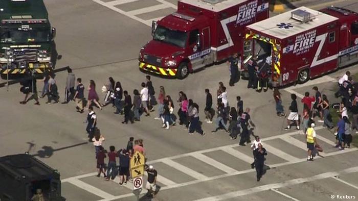 Evakuasi siswa Marjory Stoneman Douglas High School Parkland saat aksi penembakan (Reuters)