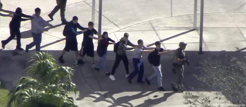 Alunos deixam escola da Flórida após ataque que deixou pelo menos 17 mortos.