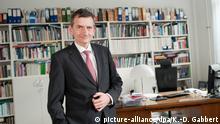 ARCHIV - Der Direktor der Stiftung Wissenschaft und Politik (SWP), Volker Perthes, steht am 30.09.2015 in Berlin vor dem Schreibtisch seines Büros. (zu dpa-Story «Zukunftsforscher» vom 27.12.2016) Foto: Klaus-Dietmar Gabbert/dpa +++(c) dpa - Bildfunk+++ | Verwendung weltweit