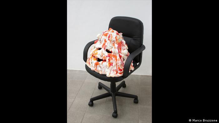 Ein Stuhl mit einer Pizza-Skulptur drauf (Foto: Marco Bruzzone)