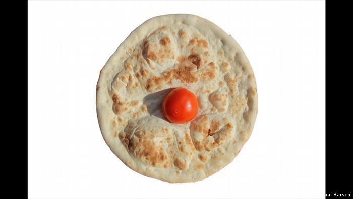 Blanke Pizza mit einer Tomate drauf (Foto: Paul Barsch)