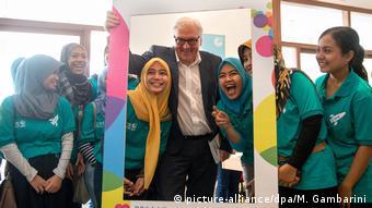 Der ehemalige Außenminister Steinmeier zu Besuch in Jakarta bei einer Partnerschule (Pasch) bereut vom Goethe Institut, gemeinsam mit Schülerinnen