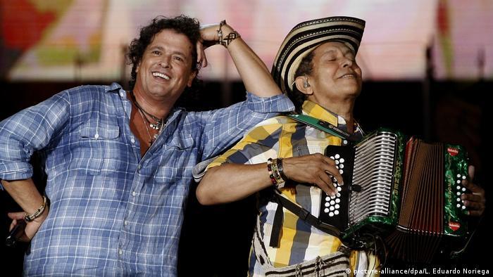 El cantante colombiano de vallenatos Carlos Vives (izq.) junto con el acordeonista Egidio Cuadrado (der.) durante un concierto para niños en Medellín, Colombia. (02.12.2015)
