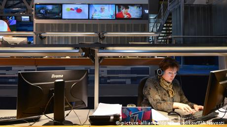 TV Sender Newsroom (picture-alliance/dpa/R. Sitdikov/RIA Novosti)