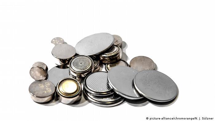 Knopfzellen - Batterien (picture-alliance/chromorange/N. J. Sülzner)
