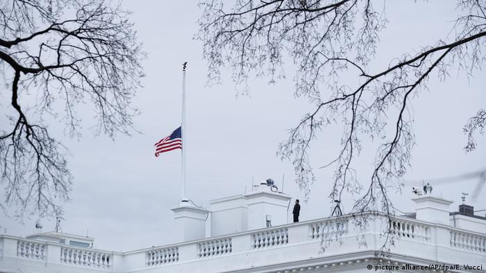 USA Shooting in Florida - US-Flagge auf Halbmast (picture alliance/AP/dpa/E. Vucci)
