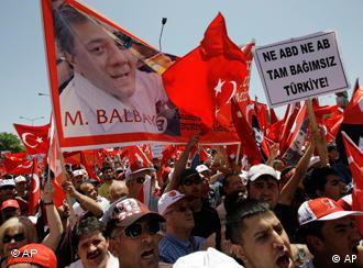 Demonstranten mit Türkeifahnen (Foto: AP)