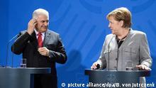 15.02.2018, Berlin: Bundeskanzlerin Angela Merkel (r, CDU) und der türkische Ministerpräsident Binali Yildirim geben nach ihrem Gespräch im Bundeskanzleramt eine gemeinsame Pressekonferenz. Foto: Bernd von Jutrczenka/dpa | Verwendung weltweit