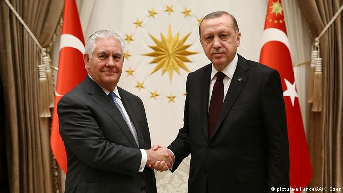 Tillerson and Erdogan shake hands (picture-alliance/AA/K. Ozer)
