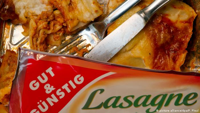 Packaged lasagne with silverware poking out (picture alliance/dpa/P. Pleul)