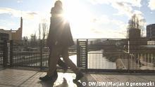Straßenszene Mitrovica Albanischer Teil Bildbeschreibung: Auf der Brücke im Gegenlicht, Brücke von Mitrovica Aufnahmedatum/Ort: 08.02.2018 / Mitrovica, Kosovo