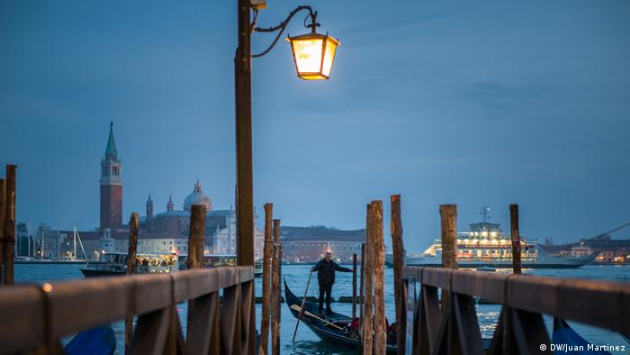 Pemandangan di sebuah kanal di kota Venesia, Italia (DW/Juan Martinez)