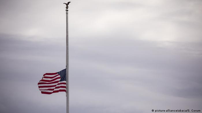 The American flag flies at half staff over the White House (picture-alliance/abaca/S. Corum)