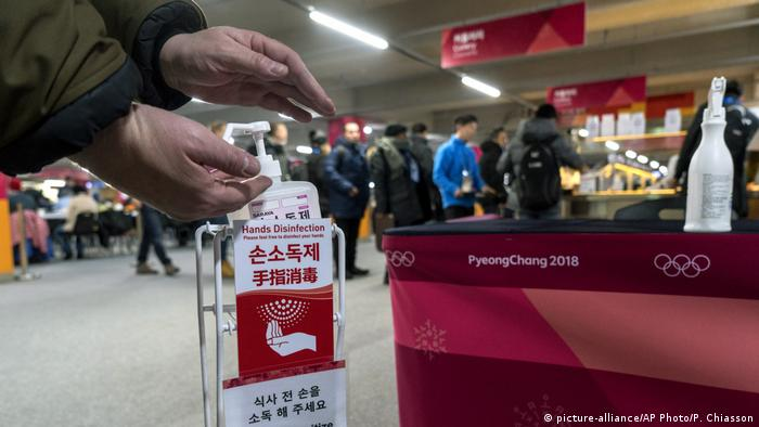 شخص يقوم بتعقيم يديه خلال دورة الألعاب الأوليمبية الشتوية في كوريا الجنوبية