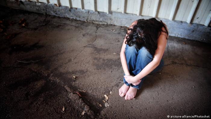 Symbolbild junges Mädchen Gewalt Vergewaltigung (picture-alliance/Photoshot)