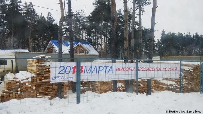 Предвыборная агитация на фоне стройматериалов