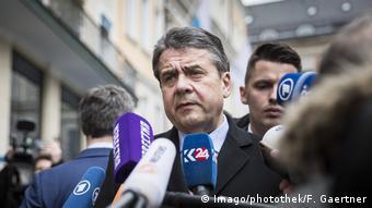 Sigmar Gabriel SPD Bundesaussenminister gibt ein Staemtment zur Freilassung von Deniz Yuecel