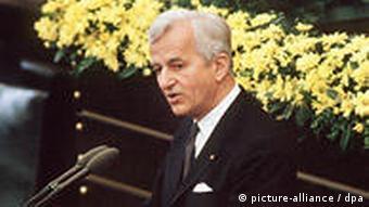 Bundespräsident Richard von Weizsäcker hält seine vielbeachtete Rede im Bonner Bundestag am 8. Mai 1985 während der Feierstunde zum Ende des Zweiten Weltkrieges (Foto: Egon Steiner / dpa)