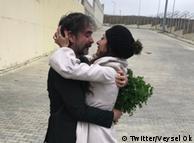Дениз Юджел и его жена возле тюрьмы в Стамбуле