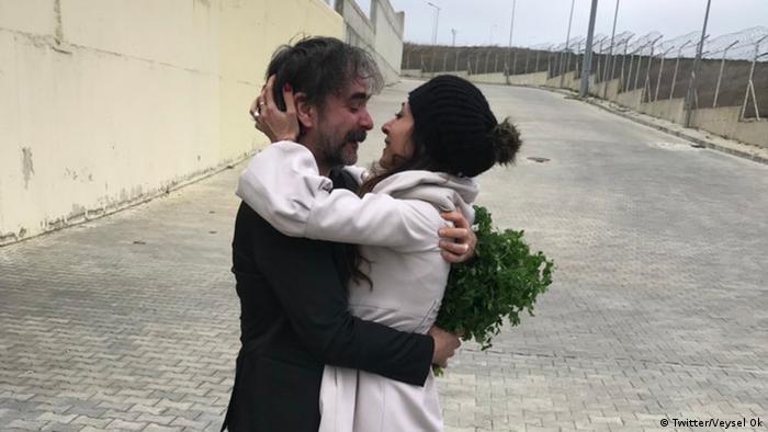 Deniz Yücel po opuszczenia więzienia w Stambule ze swoją małżonką