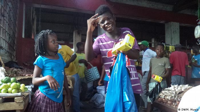Crianças no comércio informal em Quelimane, província central da Zambézia