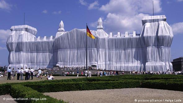 В 1995 году, незадолго до начала реконструкции, здание Рейхстага упаковали по проекту Кристо