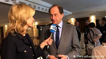 Александер Ламсдорф отвечает на вопросы журналистки DW