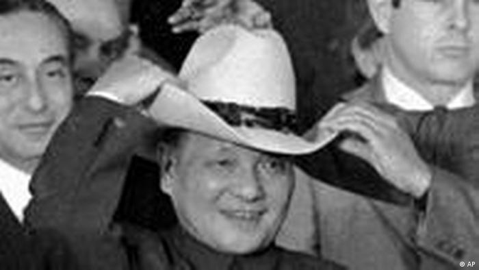 Deng Xiaoping mit Cowboyhut (AP)