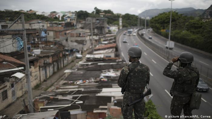 Brasilien - Militär soll Kontrolle in Rio übernehmen (picture alliance/AP/L. Correa)