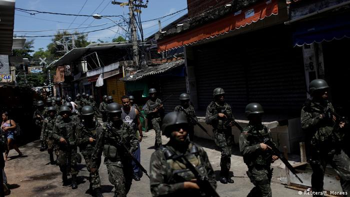 Militares em patrulha na favela do Jacarezinho, no Rio de Janeiro
