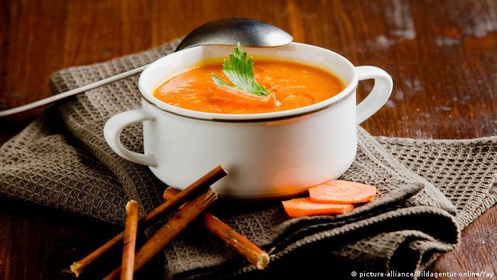Kreative Resteverwertung Nicht mehr kochen als nötig. Sollte Essen übrig bleiben, kann es entweder für eine spätere Mahlzeit aufbewahrt, eingefroren oder wiederverwertet werden. Nicht mehr ganz frische Zutaten lassen sich z.B. in einer Suppe oder einem Smoothie wiederverwenden.
