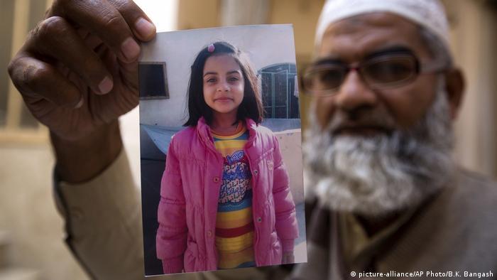 Pakistan Fall Zainab Ansari - Vater zeigt Bild seiner ermordeten Tochter