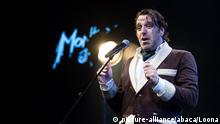 Chilly Gonzales im Bademantel am Mikro auf der Bühne (Foto: picture-alliance/abaca/Loona)