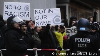 Gegendemonstranten in Berlin Kreuzberg beim Frauenmarsch.