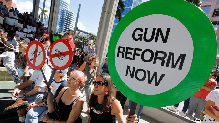 Manifestantes pedem por reforma na legislação sobre armas num protesto em Fort Lauderdale, no sábado