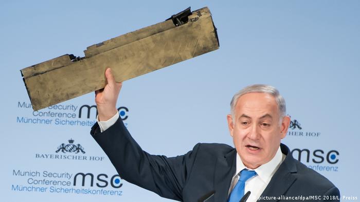 بنیامین نتانیاهو، نخست وزیر اسرائيل، قطعهای را در کنفرانس امنیتی مونیخ نشان میدهد که میگوید تکهای از پهپاد ایرانی سرنگونشده است