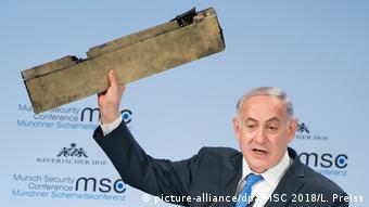 Биньямин Нетаньяху демонстрирует сбитый беспилотник