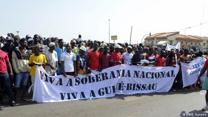 Foto de arquivo: Guineenses sancionados pela CEDEAO protestam em Bissau, em fevereiro de 2018.