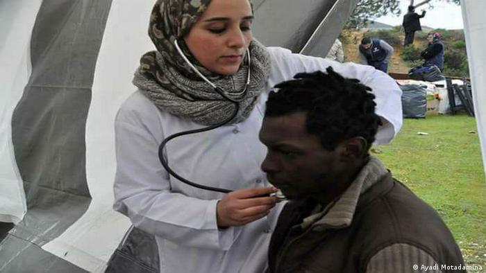 """يسميها مهاجرون أفارقة """"ماما حاجّة""""..طبيبة مغربية تتحدى المخاطر"""