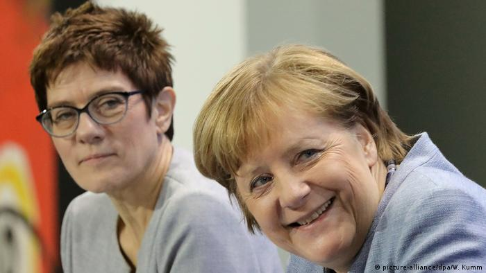 Chancellor Angela Merkel and Annegret Kramp-Karrenbauer (picture-alliance/dpa/W. Kumm)