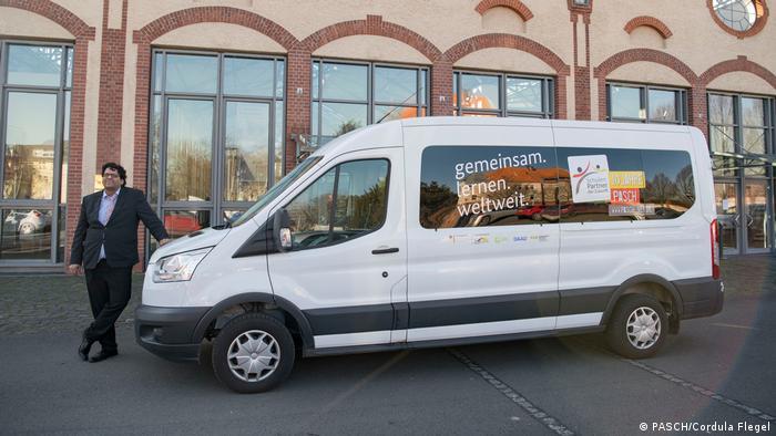 : Das PASCH-Mobil steht vor dem Gebäude des Pädagogischen Austauschdienstes