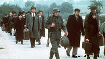 Juden werden in ein Konzentrationslager nach Polen deportiert. Szene aus der US-amerikanischen Fernsehserie Holocaust.
